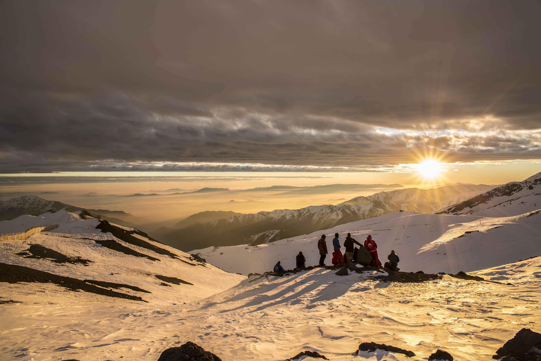 Uno de los placeres que tiene la montaña es disfrutar esa puesta de sol cada tarde junto a los amigos, Foto tomada en el Centro de ski El Colorado, Farellones.