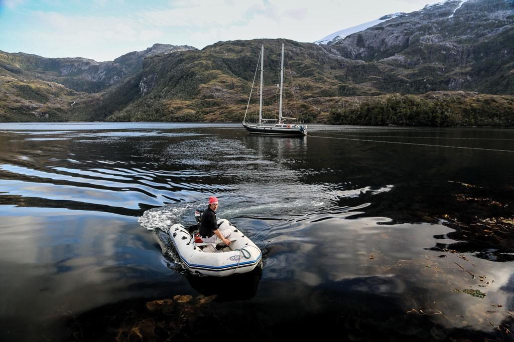 Claudio Scaletta maniobrando el dinghy en puerto King. Este puerto, cuyo nombre recuerda al explorador inglés Philip Parker King, está ubicado sobre la costa sur del canal Cockburn, en la extremidad occidental de Tierra del Fuego.