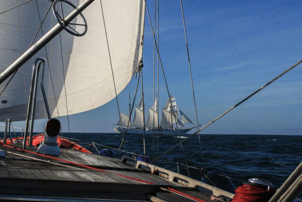 """Frente a las costas de Mauritania, y luego de varios días de navegación sin ver embarcación alguna, nos encontramos con el buque escuela español """"Sebastián Elcano"""", gemelo de nuestra """"Esmeralda"""". Navegamos """"en conserva"""" por varias horas."""