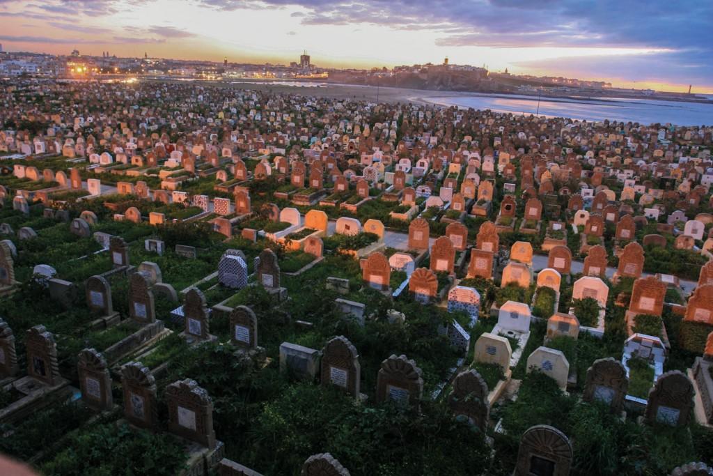 """Cementerio musulmán en el río """"Bu Regreg"""", junto a los muros de la ciudadela de Salé, en Marruecos. Todas las lápidas miran hacia La Meca, en la lejana Arabia del Rey Saud"""
