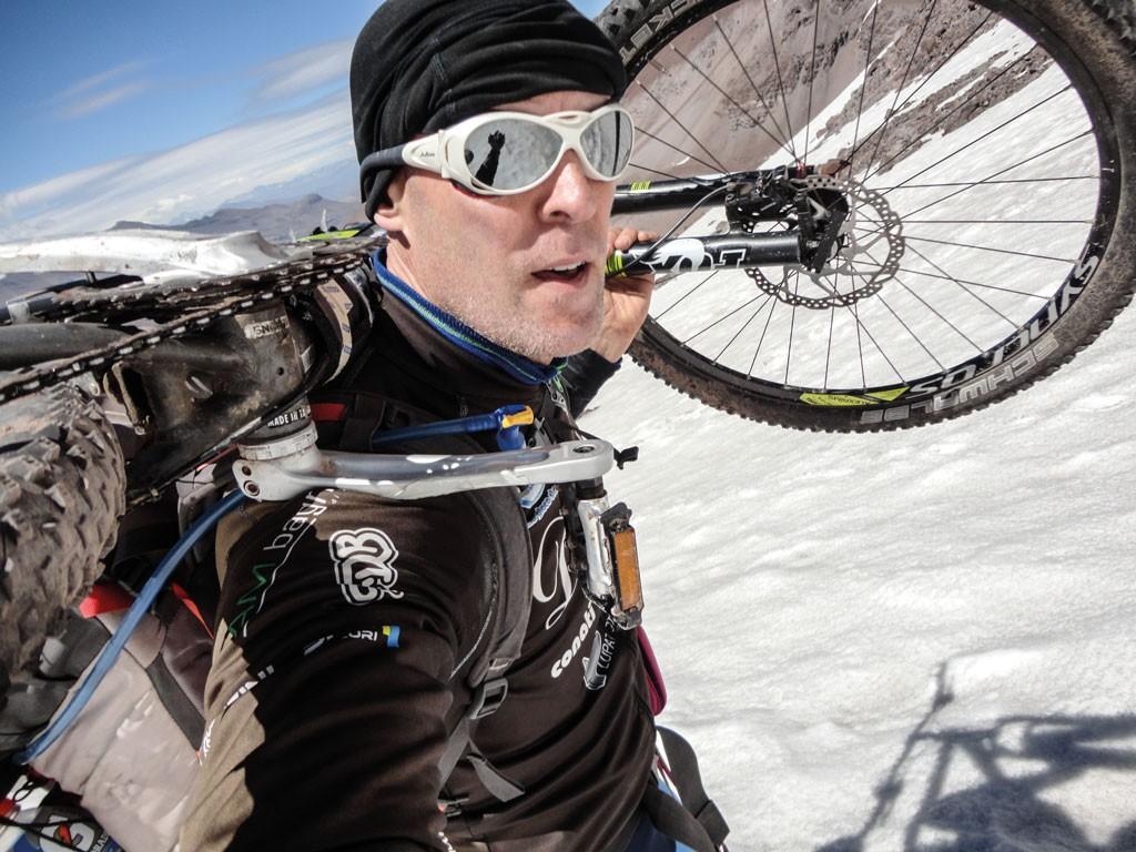 La altura, el frío y el enorme esfuerzo de llevar la MTB al hombro no pudieron contra la férrea voluntad de Claudi0