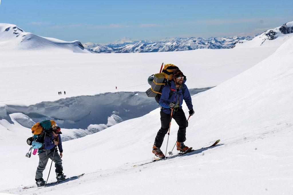 Estos son los lugares que nos recuerdan lo chico que somos en el mundo. Josefina Elton y Matías Pimentel terminando de cruzar el crater. Foto: Isidora Court