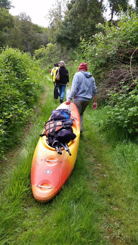 Al interrumpir las represas nuestro descenso por el río, nos vimos obligados a transportar por tierra los kayaks y el equipo.