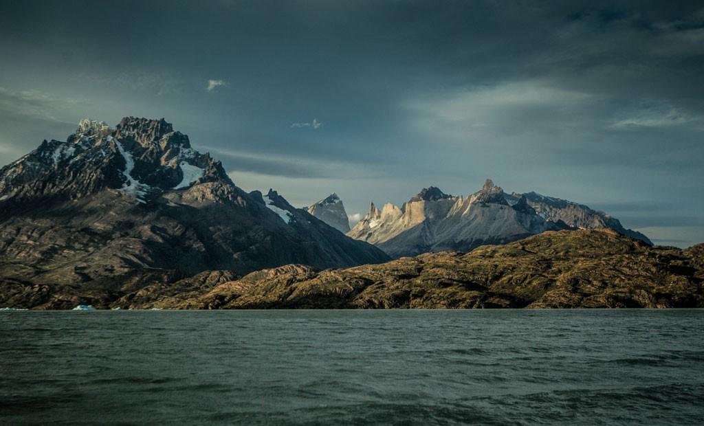 Aunque la competencia no pasaba por esta orilla, en esta imagen del lago Grey se alcanza a ver destacado por la luz los cerros por donde iba el sendero, bajo la sombra de los cuernos del Paine.
