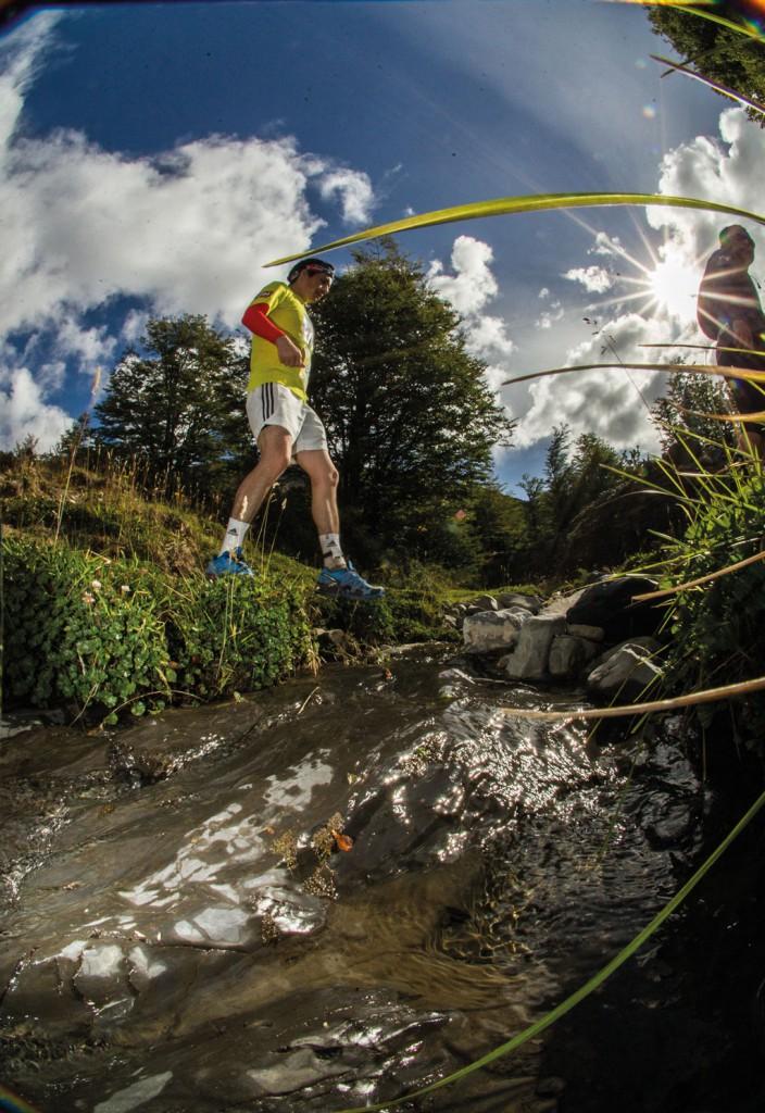 Un corredor de los 21 K a punto de girar para volver a la meta; en este arroyo, uno de los muchos cursos de agua que cruzaban los senderos, los corredores paraban para refrescarse, en uno de los pocos momentos en que se acercaba el sol.