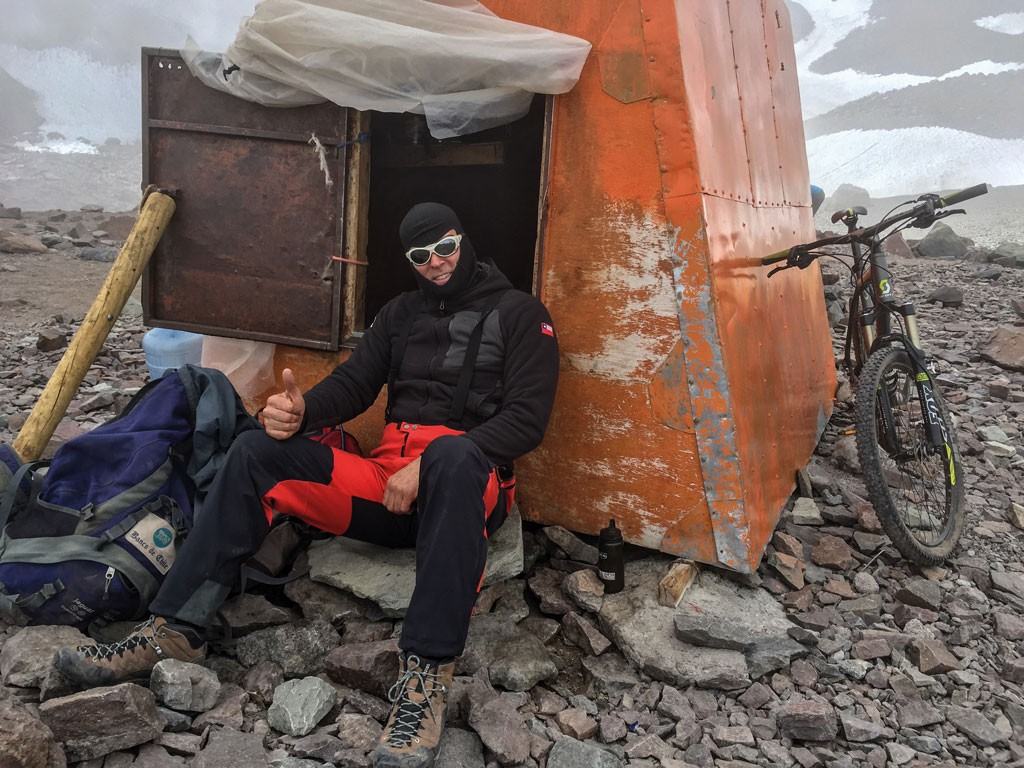 En refugio Federación, instalado y preparándose para el ataque a la cumbre