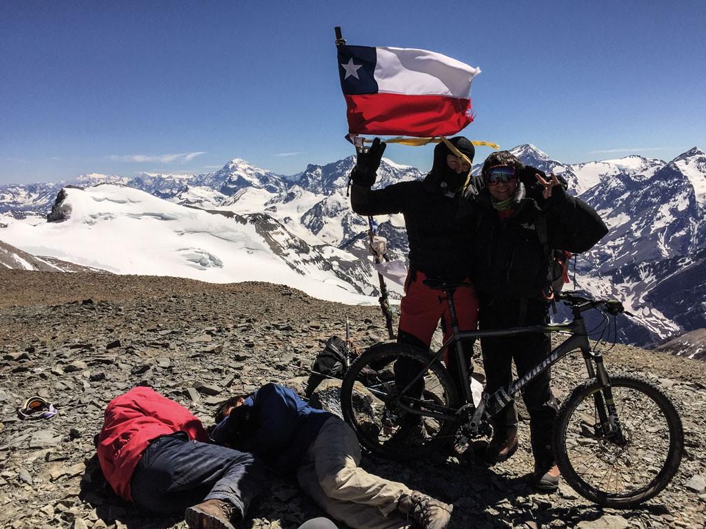 Claudio y Rodrigo felices junto a la bandera chilena, en la cumbre del Cerro El Plomo, a 5.424 msnm