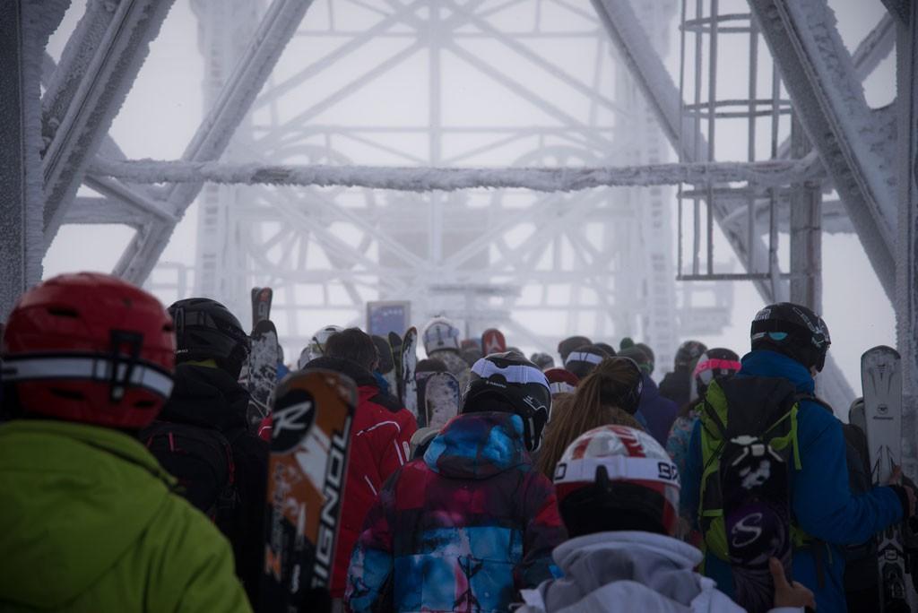 """Al ver que estaba entrando una tormenta grande y consistente para los primero días de enero, decidimos visitar el centro de esquí más alto de Europa, Val Thorens, llamado así por albergar el glaciar Thorens. Tuvimos la suerte de llegar en medio de la tormenta y disfrutar de un día de powder en el viejo continente. Este es el tram que llega al punto más alto del centro de esquí, """"Cime Caron"""" de donde la gente salía como su fuese una procesión a las primeras horas de la mañana."""