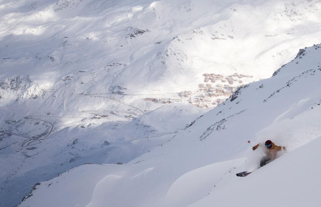 """Val Thorens es uno de los llamados """"Les Trois Vallées"""", al que se le suman Courchevel y Méribel sumando 600 km. de pistas y 183 andariveles entre sillas, arrastres, góndolas y trams. Con tanto terreno no fue difícil encontrar un poco de side-country para disfrutar de la reciente nevada, aquí Javier va disfrutando una bajada con el pueblo de Val Thorens al fondo"""