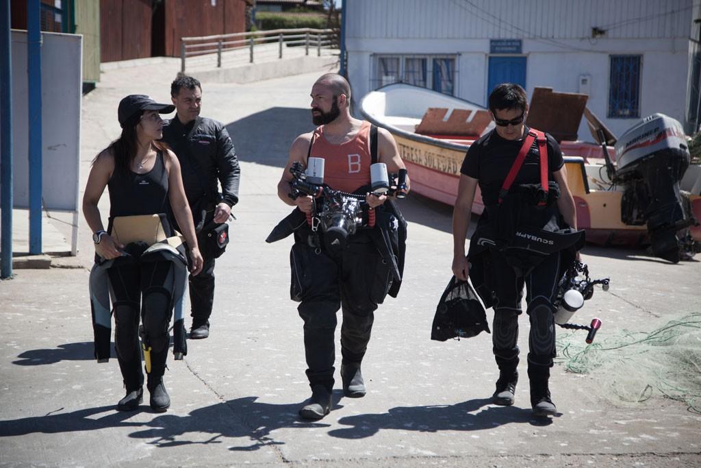 """Camino a los botes concentrados en realizar su mejor trabajo y lograr """"aquella"""" fotografía."""