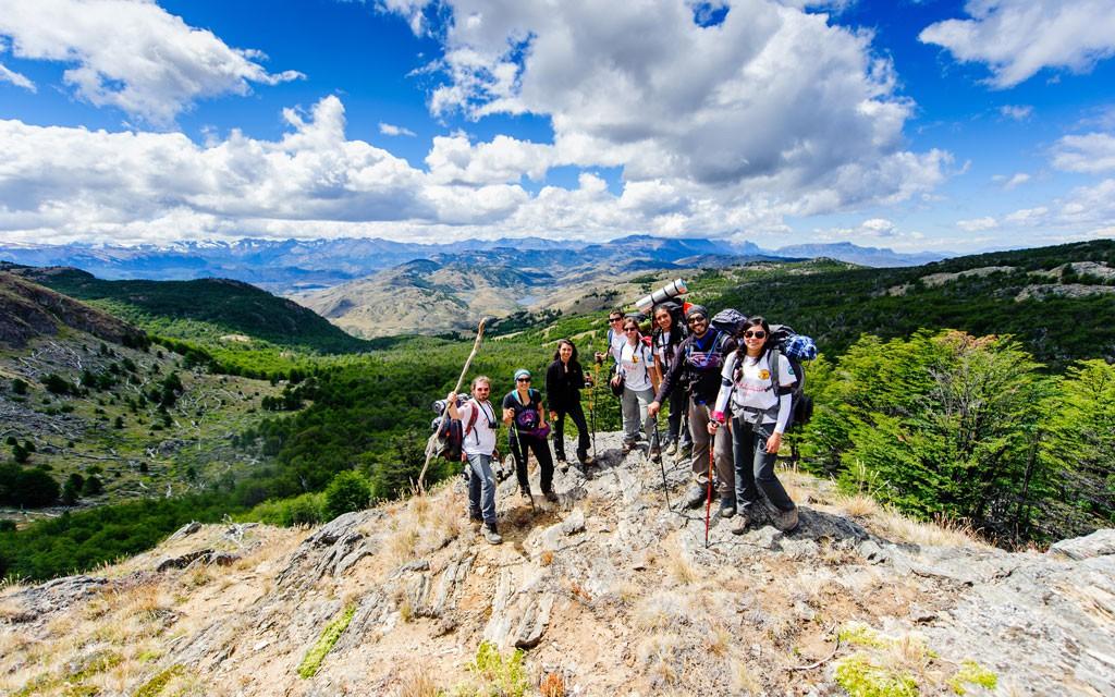 Este es el punto más alto de la Ruta del Huemul, desde donde se ve todo el valle de Parque Patagonia. Aquí nos preparamos para una de las cuantas paradas obligadas para compartir un mate y apreciar el paisaje.