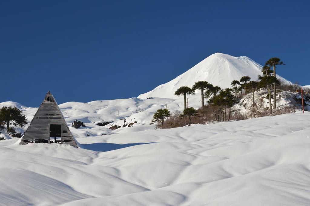 vista-nevada-del-Volcan-Llaima-desde-el-centro-Los-Paraguas