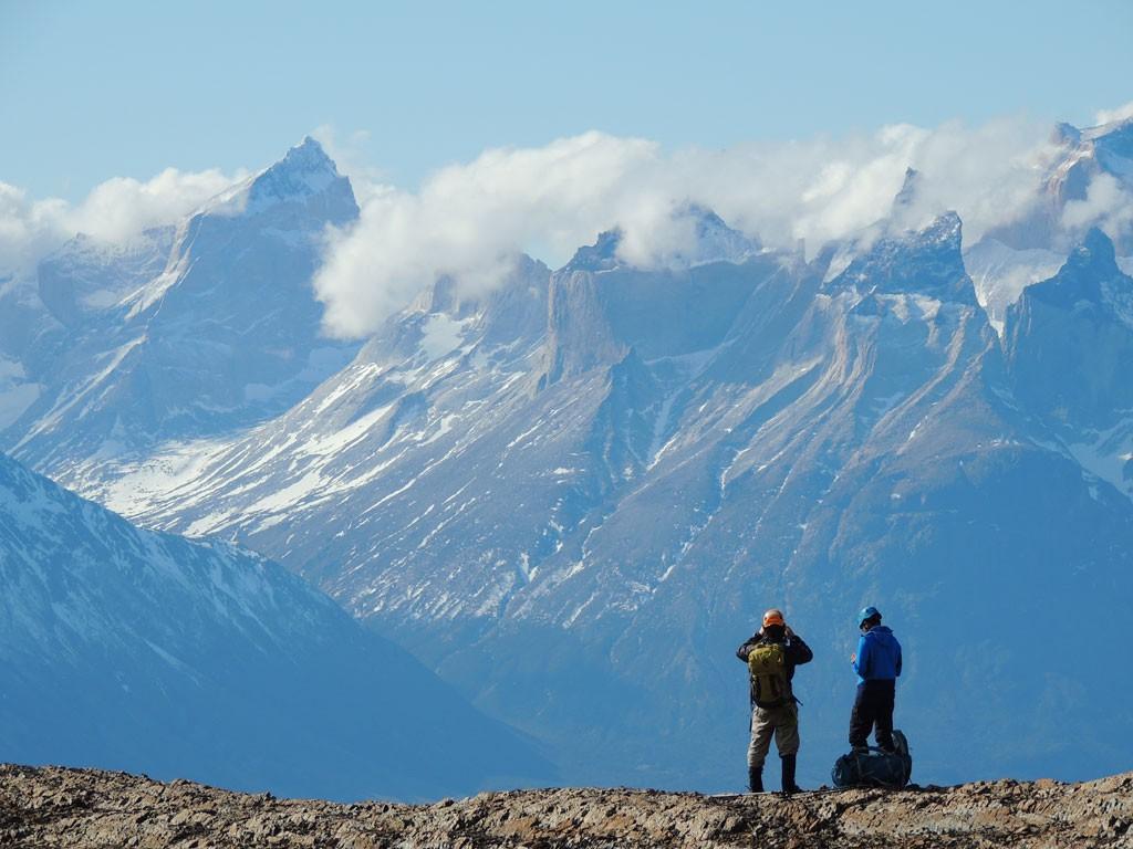 Iván Gómez y Romano Marcotti divisando los escarpados Cuernos del Paine desde las alturas del Monte Donoso