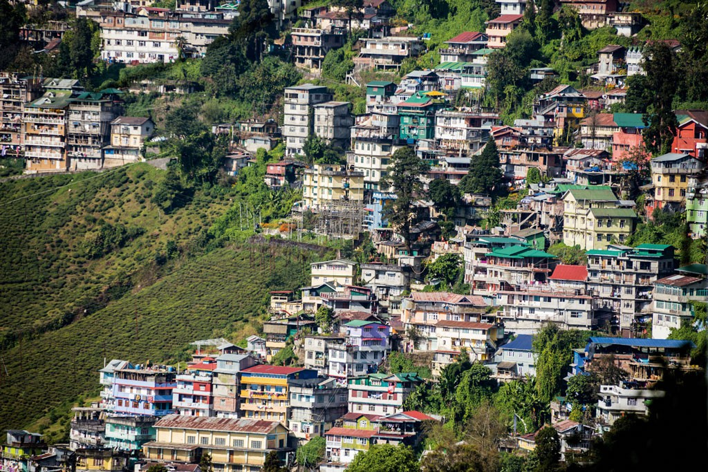 """A diferencia de lo que uno puede ver en las películas, ciudades como Darjeeling no tienen trenes que hagan grandes viajes. Si bien existe el """"toy train"""" a Siliguri, no podríamos llamarlo un tren expreso. La región es tremendamente pintoresca y vale la pena visitarla, pero para eso hay que estar dispuesto a explorar y navegar por lugares sorprendentes."""