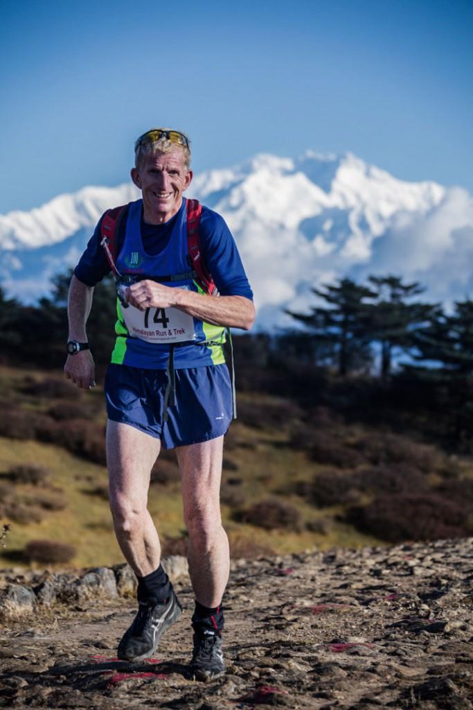 David Green, un escocés de 56 años de edad, ganó el premio a la mejor sonrisa que otorga el HRT. Por primera vez en los años que lleva corriendo por el mundo pudo disfrutar de este evento en las alturas del Himalaya, agradecido en todo momento por las nuevas experiencias, deslumbrado por la belleza escénica y la calidad humana de sus pobladores. Solidario y amistoso con los demás corredores, fue ejemplo de que la felicidad plena está en las cosas simples