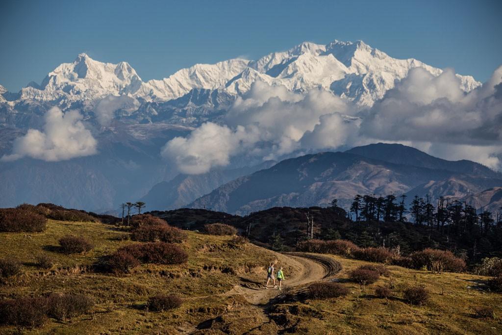 El Kanchenjunga es la tercera montaña más alta del mundo y se ve durante gran parte de la carrera, que manteniéndose en una altitud de poco más de 3000 msnm nos deja admirar siempre este imponente ochomil. Al medio: Rimbik es un pueblo de montaña y meta de la maratón del tercer día de carrera, donde todo el trazado es cuesta abajo, probando la resistencia de los corredores