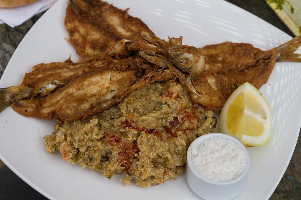 Pejerreyes apanados con harina tostada y quinoa con mariscos son preparaciones típicas que podemos probar Las Salinas de Barrancas.