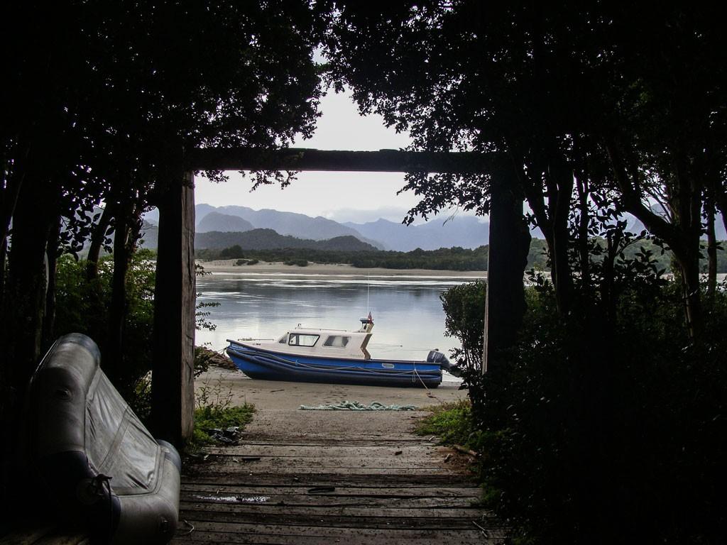 Arriba: Entrada o llegada a la Reserva Añihue, vista de adentro hacia afuera donde se dejan las embarcaciones. Abajo: Felipe González nos va explicando sobre los animales tanto en superficie y bajo de ella y los cuidados que tiene la reserva y la gente de la zona.