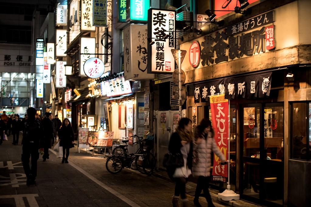 Cae la noche y las luces de neón se encienden por todo Tokyo: restoranes, tiendas, bares, la ciudad esta llena de vida.