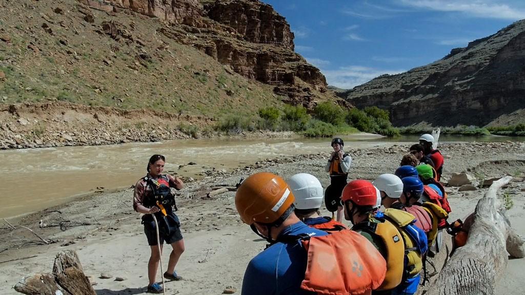 Jane enseñando hidrogeología en una de las playas del Cañón de la Desolación.  Fotografía: Kirk Rasmussen