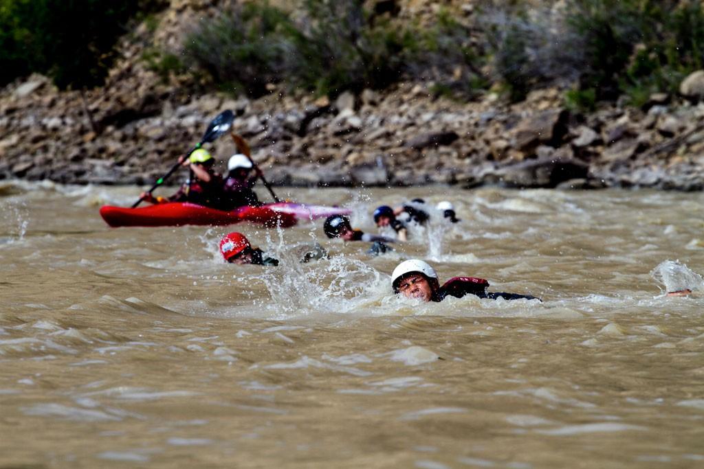 Practicando nadar rápidos en el Cañón de la Desolación. Fotografía: Kirk Rasmussen
