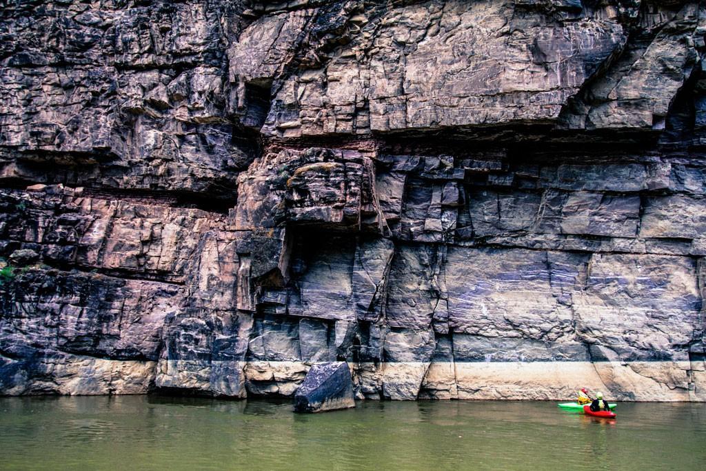 Apreciando la magníficas formaciones rocosas del río Verde en su confluencia con el río Yampa. Esta sección del río podría encontrarse bajo un embalse, pero fue protegida en los años 60 por activistas del Club Sierra quienes lucharon por la libertad del río. Fotografía: Kirk Rasmussen