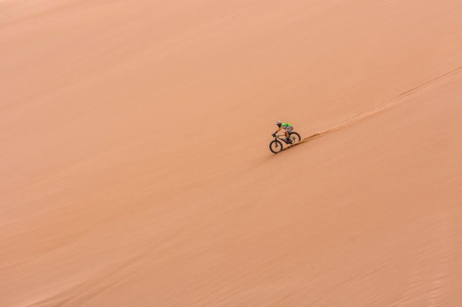 Arriba: Jonatha desafía la Fatboy descendiendo las dunas del Valle de la Muerte con relativa facilidad gracias a sus ruedas anchas.