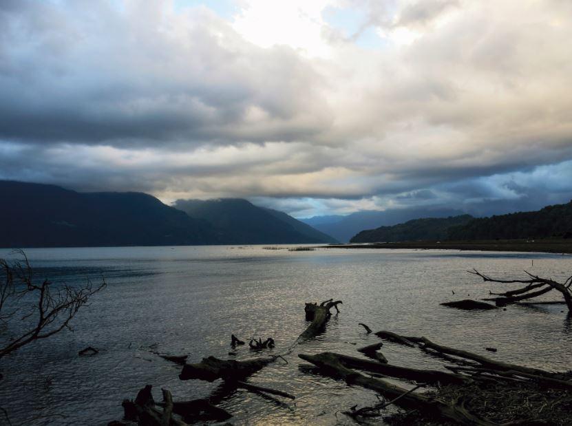 Atardecer en a orillas del lago Todos los Santos, en la soledad de la desembocadura del río Sin Nombre.