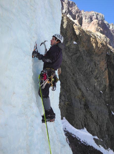 Esta actividad propia del montañismo invernal, está más cerca de los que creemos; se puede realizar en Yerba Loca y aprenden las técnicas en el Curso de Escalada en Hielo de AndesContact. Foto: Adolfo Dell´Orto