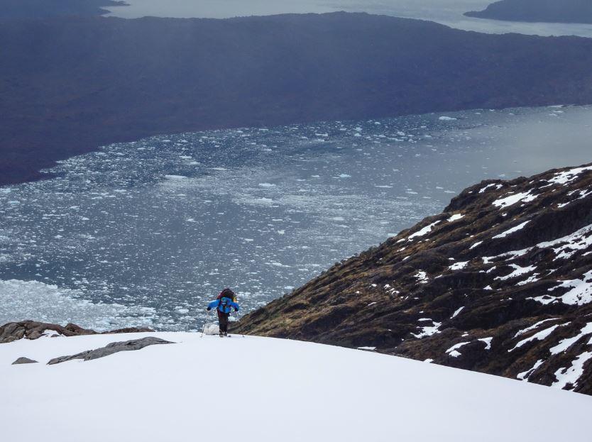Matías Prieto durante la aproximación al Campo de Hielo Sur, con el fiordo Calén de fondo, que enfrenta al glaciar Jorge Montt