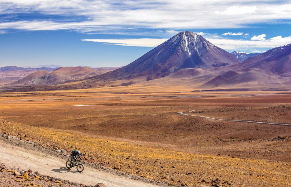 Pedaleando por los paisajes desérticos acompañado por el Volcán Licancabur, guardián de los antepasados Kunza.