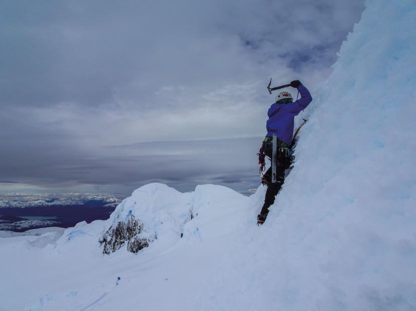 Matias Prieto escalando el hongo de hielo que da acceso a la última cumbre inescalada que logró la expedición, el cerro ACGM