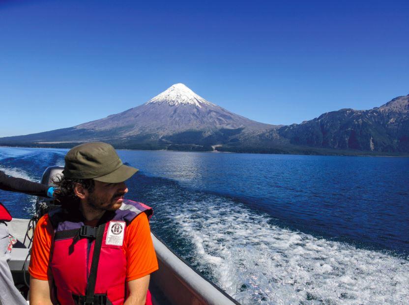 Cruzando desde Puerto Petrohué hasta Puerto Rincón, en la lancha de Renata. Al fondo el volcán Osorno.