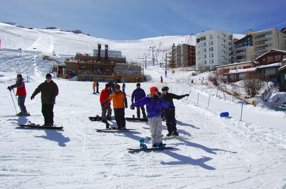 Aprender a delizarse por las montañas de los Centros de ski en snowboard es una tarea para esta temporada. La escuela de La Parva ofrece clases para los interesados.
