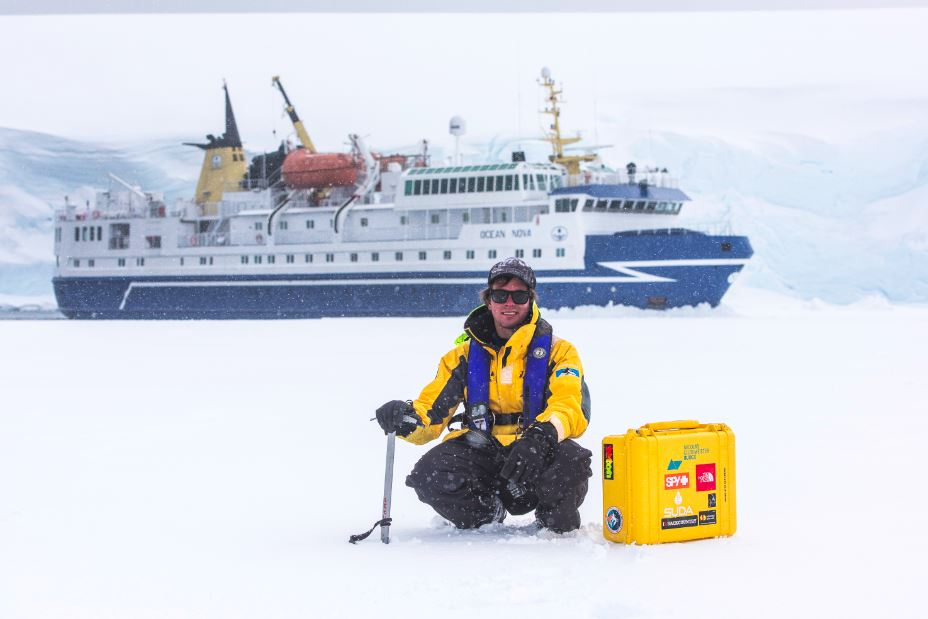 Testeando la placa de mar congelado para desembarcar a los pasajeros, muy cerca de la gran base histórica Port Lockroy