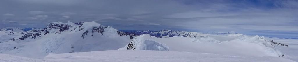 Vista desde la cumbre principal del Cerro Horacio Toro hacia el sureste, donde se aprecia la cumbre sur, el cerro ACGM y toda la continuación del Cordón Escondido