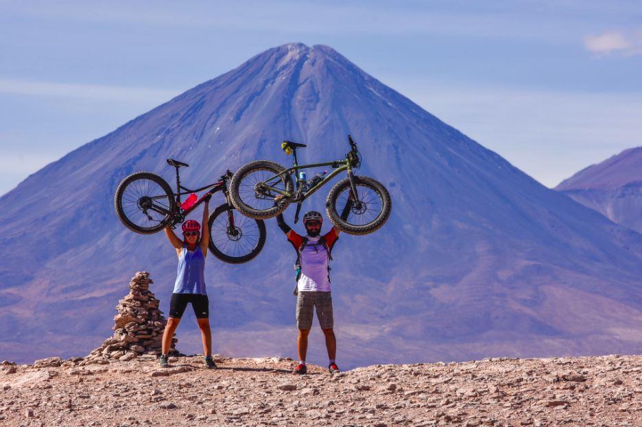 Josefina y Jonatha celebran su goce y triunfo en la expedición. Atrás el Volcán Licancabur, ícono de San Pedro de Atacama.