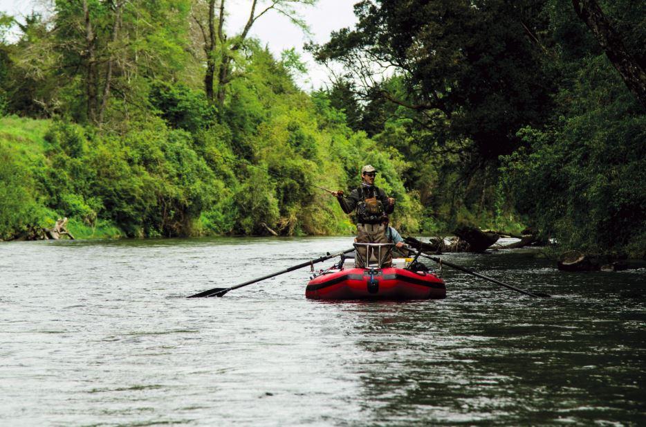 Para pescar este río, sin orillas, es indispensable el uso de embarcaciones. La técnica es lanzar la imitación cerca de las orillas para tentar a una trucha.