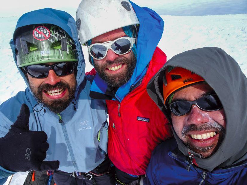 Felices en la cumbre del cerro Horacio Toro, Felipe González, Matías Prieto y Darío Arancibia.