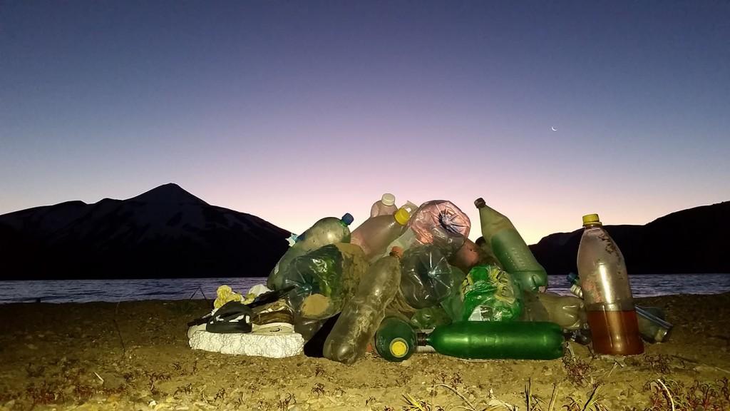 Que montaña prefieres? El fuerte viento de la cordillera arrastra la basura desde el visitado Parque Nacional Laguna del Laja hasta lejanas playas.