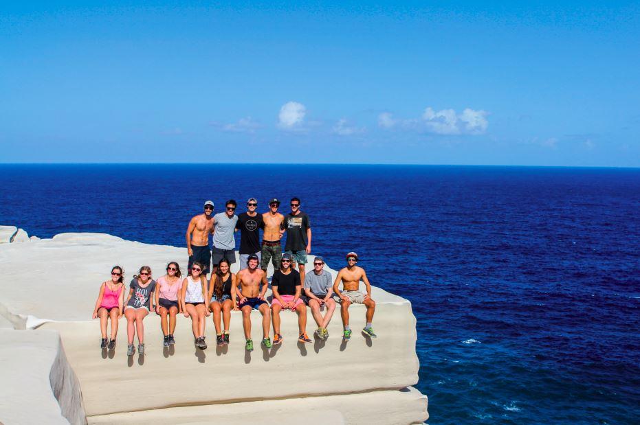 Caminando por la ruta de la costa en el Royal National Park paramos en el mirador llamado Wedding Cake, el cual es una roca completamente blanca que desemboca a un acantilado de mas de 100 metros de altura, desde el cual cuelgan nuestras piernas. Al medio: The Three Sisters es un monumento natural que está en el Parque llamado Blue Mountains. Es un valle precioso lleno de flora y fauna representativa. Abajo a la izquierda: El cuervo es un pájaro que se encuentra en todo Australia, desde ciudades muy pobladas hasta los lugares más inhóspitos. Abajo a la derecha: Los wallabies son animales muy cariñosos; como se puede ver, Antonia los acaricia sin problemas en Jervis Ba