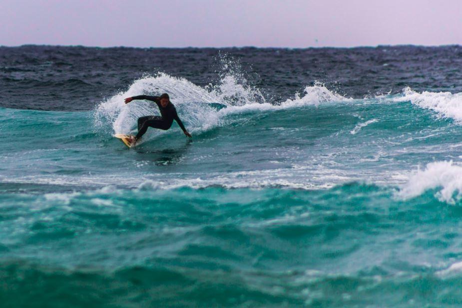 Arriba: Una de las puestas de sol más impresionantes que he visto, estábamos con una increíble compañía,y habíamos estado buscando este lugar por más de una hora para encontrar el sunset soñado. Abajo: El deporte se transpira en Australia, más aún en Bondi Beach, una de las playas mas populares de Sydney donde vemos todos los días y a toda hora gente surfeando. Se da mucho en las mañanas ver a padres junto a sus hijos practicando antes de ir al colegio y trabajo. Foto por Andrés Luco.