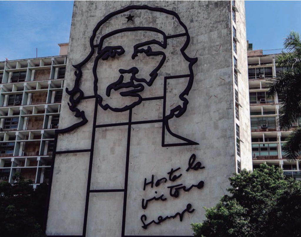 Che Guevara. En honor a su rol en la revolución Cubana. Cerca de 60 años después el gobierno sigue celebrando la revolución como si fuese reciente.