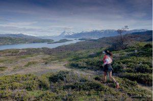 La famosa Vero Bravo a paso sólido en dirección al área de la meta, ese macizo central-superior de la foto; El Paine Grande con 3.050 msnm. Foto: Guillermo Salgado