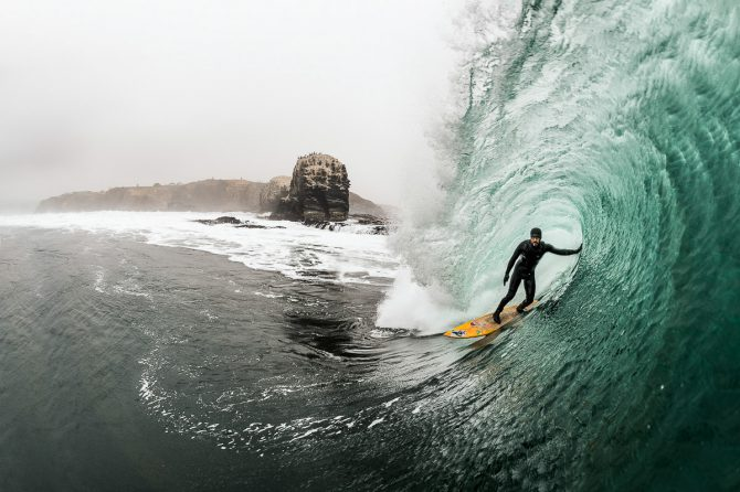 Juan Luis De Heeckerenen Capturando Olas Gigantes