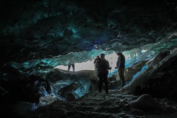 dentro de las cavernas de hielo, al principio del glaciar Universidad